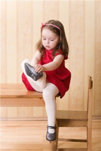 child_putting_on_shoes