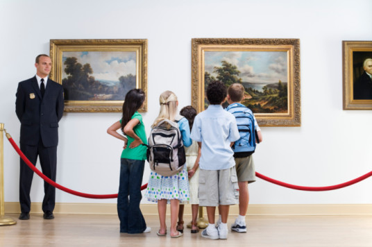 kids-looking-at-art-museum